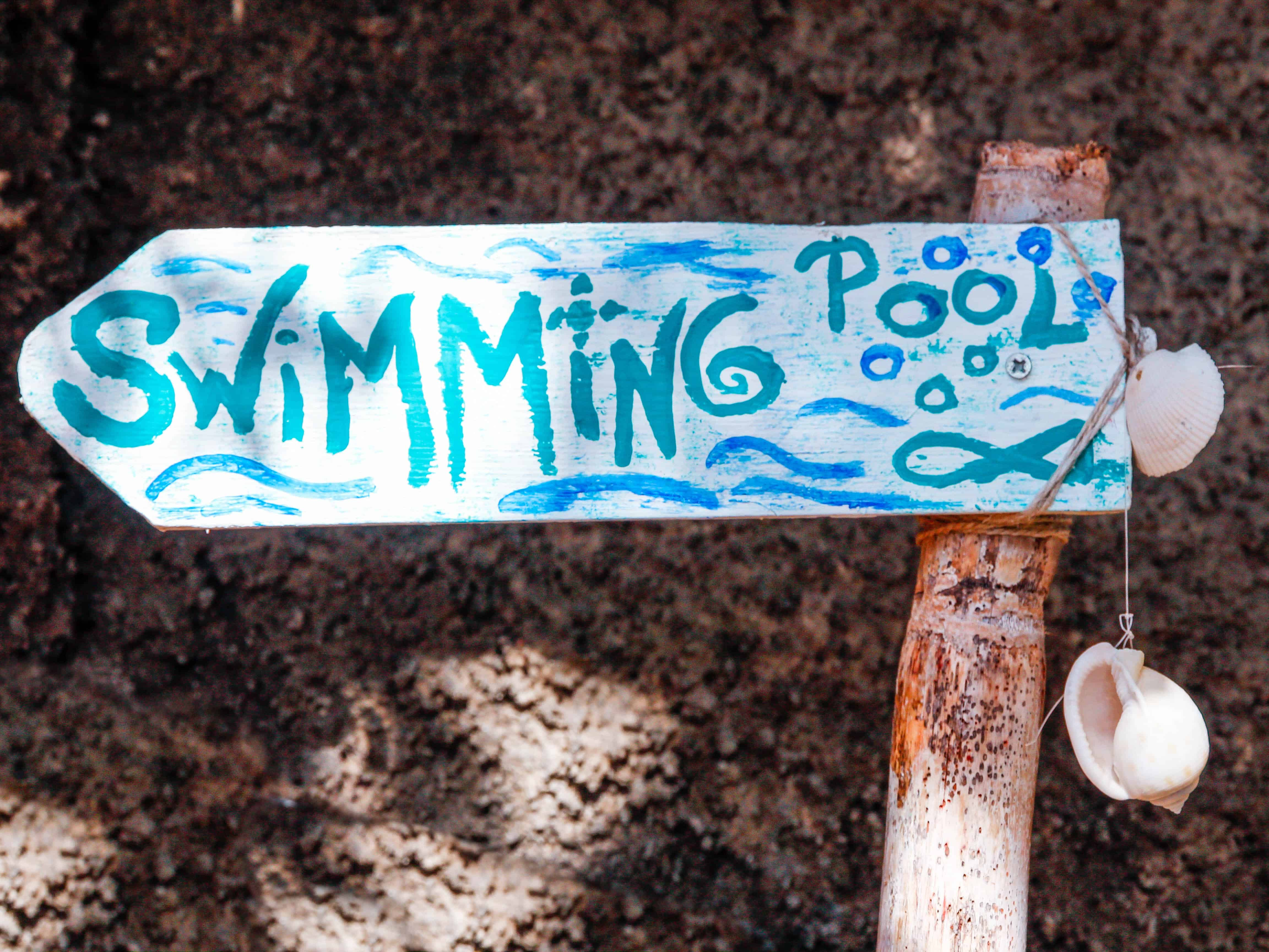 Creative swimming pool sign in La Palma, Canary Islands. Paradise home in La Palma, article by Kiss My Backpack at https://www.kissmybackpack.com/