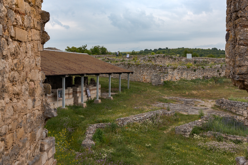 Във вътрешността на крепостта - Най-голямата църква в Червен