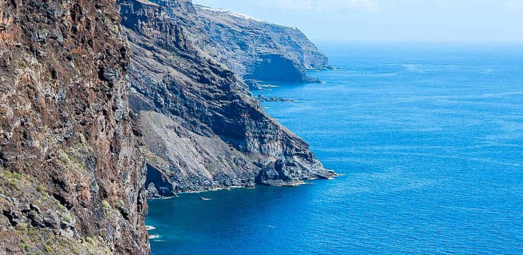 Beautiful cliffs falling straight into the Atlantic ocean. The best secret public beach in La Palma, article by Kiss My Backpack at https://www.kissmybackpack.com/